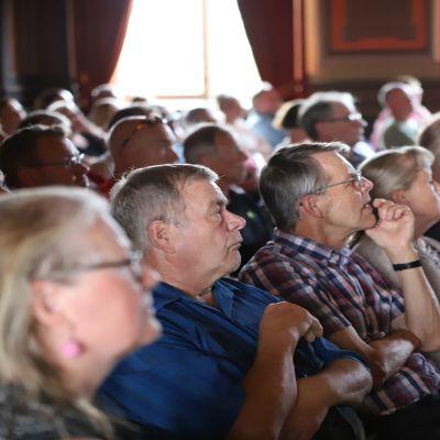 Yleisöä Hämeenlinnan Raaatihuoneen juhlasalissa Toriparkkikeskustelussa elokussa 2019.