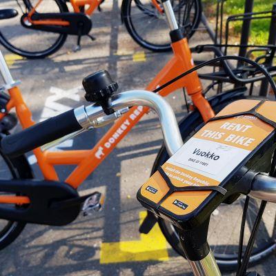Kaupunkipyöriä pyörätelineessä