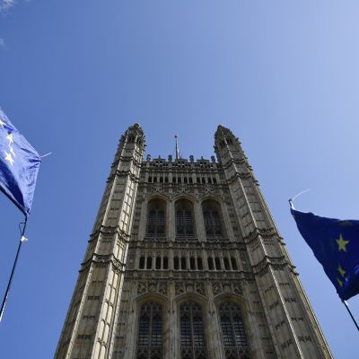 Euroopan unionin lippuja parlamenttitalon edustalla Lontoossa 4. syyskuuta.