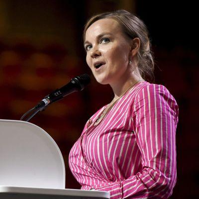 Katri Kulmuni lavalla keskustan ylimääräisessä puoluekokouksessa Kouvolassa lauantaina 7. syyskuuta.