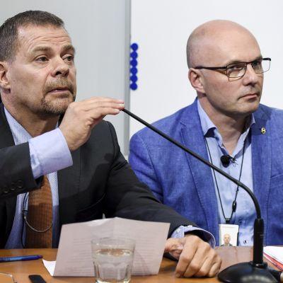 Keskusrikospoliisin päällikkö Robin Lardot (vas.) ja rikostarkastaja Ari Lahtela Keskusrikospoliisin tiedotustilaisuudessa KRP-talolla Vantaalla maanantaina 9. syyskuuta.