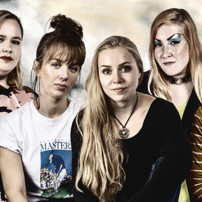 Fotomontage. De fem kvinnorna från Så jävla duktig på rad med med mörk bakgrund.