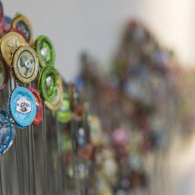 Mauri Korhosen taideteos Elämän Köynnös, jossa pullonkorkkeja kiinnitettynä hitsauslankaan.