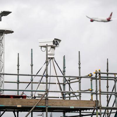 Droonien torjuntalaite nähtävissä Heathrow'n lentokentällä 12. syyskuuta.