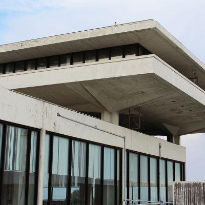 Eero Saarisen suunnittelema terminaali Ateenan lentokentällä.