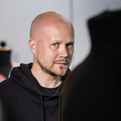 Aalto-yliopiston muodin lehtori Tuomas Laitinen.
