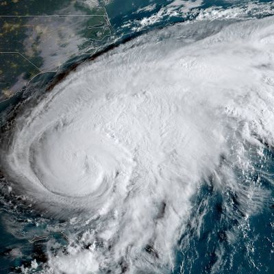 Yhdysvaltain sää- ja valtamerentutkimusorganisaation (NOAA) välittämä sateliittikuva hurrikaani Humberton etenemisestä 16. syyskuuta.