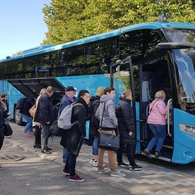 Junan korvaava bussikuljetus Lappeenrannan matkakeskuksessa 24.9.2019.