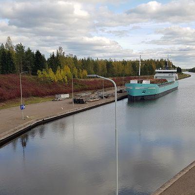 Rahtilaiva Saimaan kanavassa.