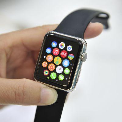 Applen älykello henkilön kädessä.