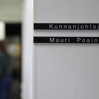 Nimikyltti Keminmaan kunnanjohtaja Mauri Posion ovenpielessä Keminmaan kunnanvirastolla.