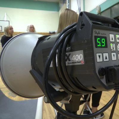 Kameran lisäksi läppäri on tärkeä työkalu kuvaajalle. Varsinkin nuoret haluavat usein nähdä kuvansa tuoreeltaan tietokoneelta.