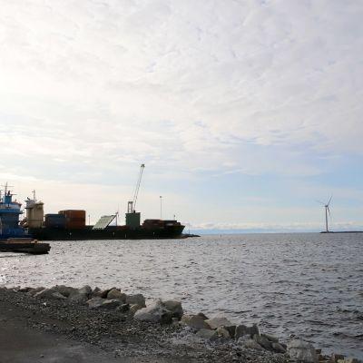 Ajoksen satamassa kaukaisuudessa lastataan laivaa.