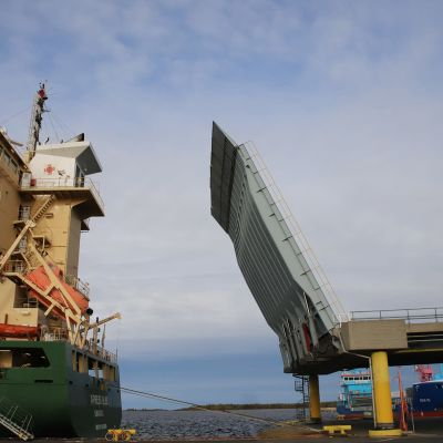 Ajoksen satamassa nostetaan lastaussiltaa ylös.