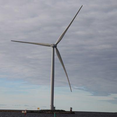 Ajoksen satamassa tuulivoimaa hyödynnetään.