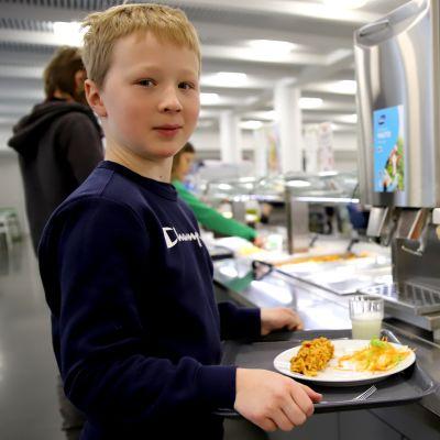 Jaakko Jokinen ottaa ruokaa