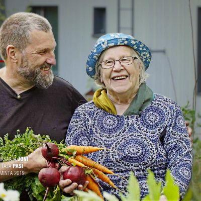 Pekka Tuomela poseeraa äitinsä Anja Tuomelan kanssa.