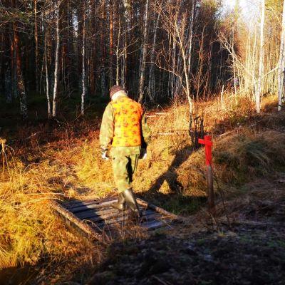 Timo Ylikärppä kävelee Jääkäripolkua pitkin.