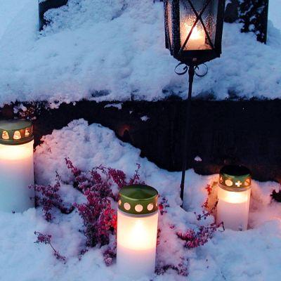 Kynttilöitä haudalla.