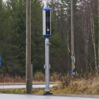 Uusi liikenteennopeusvalvontakamera tien reunalla.