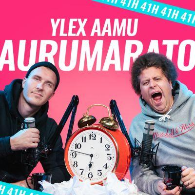 """YleX Aamun Viki ja Köpi lähikuvassa mikrofonien äärellä. Heidän välissään on herätyskello. Taustalla teksti: """"YleX Aamu Naurumaraton 41 tuntia"""""""