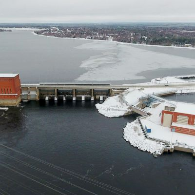 Kemijoen Isohaaran voimalaitokset ilmakuvassa pohjoista kohti.