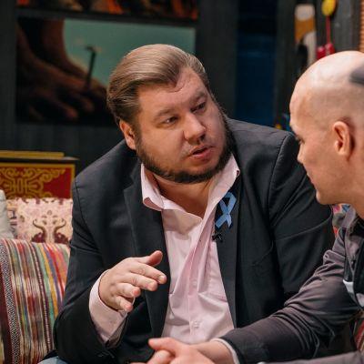 Ohjaaja Joonas Berghäll keskustelemassa Docventuresin leffakellarissa.