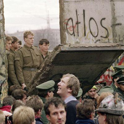 Berliini valmistautuu muurin murtumisen 30-vuotispäivään – Ylen suora lähetys Brandenburgin portilta