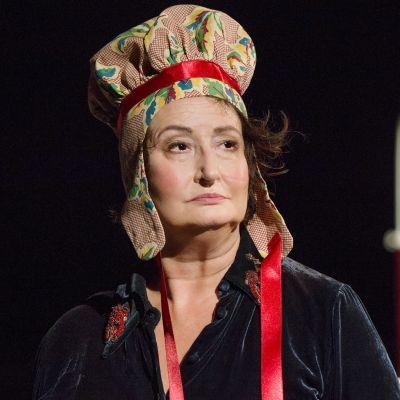Heidi Heralan näyttelemä Everstinna lähikuvassa lapinhattu päässään, ylpeä ilme kasvoillaan.