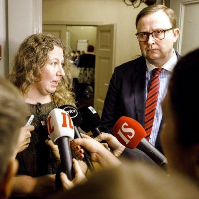 Heidi Nieminen (vas.) ja Palvelualojen työnantajat Palta ry:n toimitusjohtaja Tuomas Aarto medioiden piirittämänä