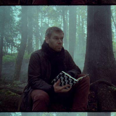 Kriitikko Kalle Kinnunen istuu sumuisessa metsässä muistikirja käsissään.