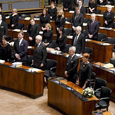 Kansanedustajat pitivät hiljaisen hetken viime perjantaina tapaturmaisesti menehtyneen keskustan kansanedustajan Antti Rantakankaan muistoksi eduskunnan täysistunnossa Helsingissä 26. marraskuuta.