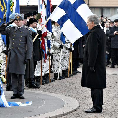 Tasavallan presidentti Sauli Niinistö valtakunnallisessa talvisodan syttymisen muistotilaisuudessa Helsingissä talvisodan kansallisella muistomerkillä Kasarmitorilla lauantaina 30. marraskuuta 2019.