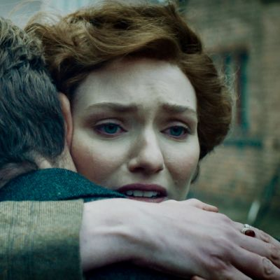Mies ja nainen halaavat toisiaan, naisella hätääntynyt katse.