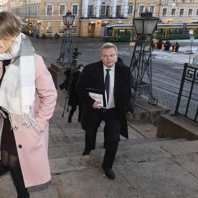 Keskustan puheenjohtaja Katri Kulmuni ja eduskuntaryhmän puheenjohtajan Antti Kurvinen menossa tapaamaan pääministeri Antti Rinnettä valtioneuvostonlinnaan tiistaina.