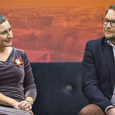 Ylen aamussa vierailivat kaksi viestinnän ammattilaista. Imagokouluttaja Isa Karlsson (vasemmalla) ja puhetaidon kouluttaja Antti Mustakallio.