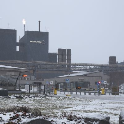 Outokummun Tornion tehtaan portti lakkoaamuna.