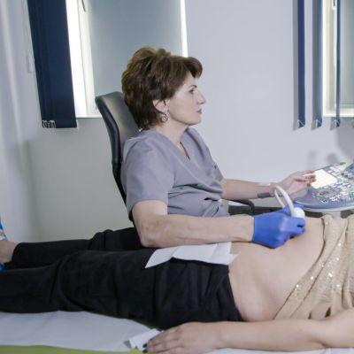 Raskaana oleva nainen ultraäänitutkimuksissa.