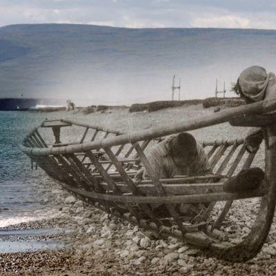 Veneenrakentajia Jäämeren rannalla, taustalla vuoria. Muokattu vanhasta mustavalkokuvasta ja uudesta värikuvasta.