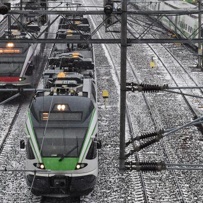 Junaliikennettä ratapihalla Helsingissä.