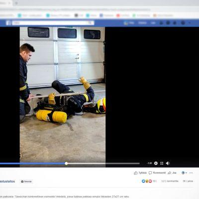 Keski-Pohjanmaan ja Pietarsaaren pelastuslaitoksen videolla palomies ujuttautuu 27 x 27 -senttimetrin tikasraosta.