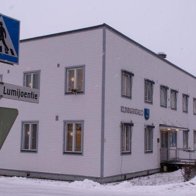 Limijoken kunnantalo ulkoa talvella
