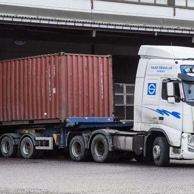 Kuorma-auto, joka kuljetti tunkeutujia kiinnostaneen merikontin Algol-teollisuusyhtiön kemikaalivarastolle kuvattuna Espoossa 17. joulukuuta.