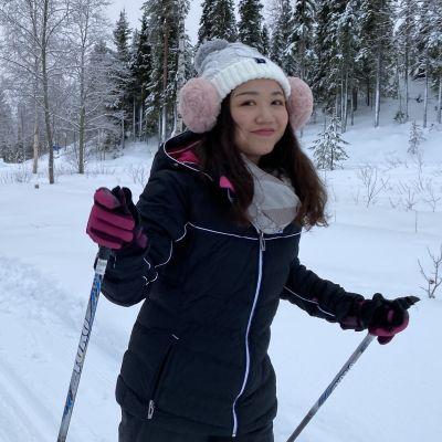 Kiinalaisturisti hiihtää.