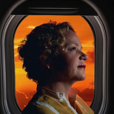 Naisen profiili lentokoneen ikkunaan vasten