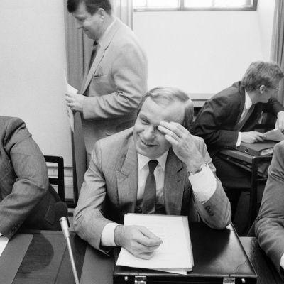 SDP:n eduskuntaryhmä koolla käsittelemässä hallitusneuvotteluiden tilaa 21. huhtikuuta vuonna 1987. Mukana Pertti Paasio, Kalevi Sorsa, Erkki Liikanen ja Matti Ahde.