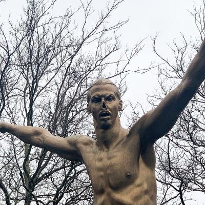 Jalkapalloilija Zlatan Ibrahimovicin patsasta vandalisoitiin uudestaan Malmössä 21.-22. joulukuun välisenä yönä muun muassa leikkaamalla tältä nenä irti.