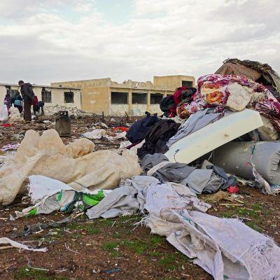 Asukkaat tarkastivat ilmaiskualuetta Jubassin kylän liepeillä 24. joulukuuta.