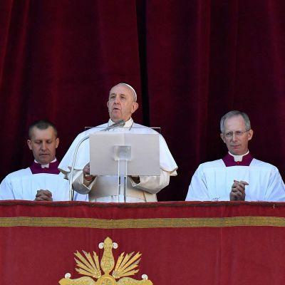 Paavi Franciscus piti perinteisen Urbi et Orbi -puheensa Pietarinkirkon parvekkeelta 25. joulukuuta.