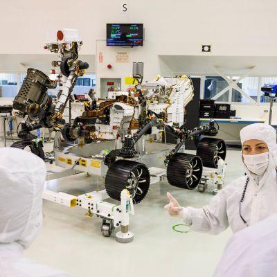Jessica Samuels selvensi Mars 2020 -mönkijän tehtävää medialle suunnatun kierroksen aikana Nasan Pasadenan laboratorioilla Kaliforniassa 27. joulukuuta.
